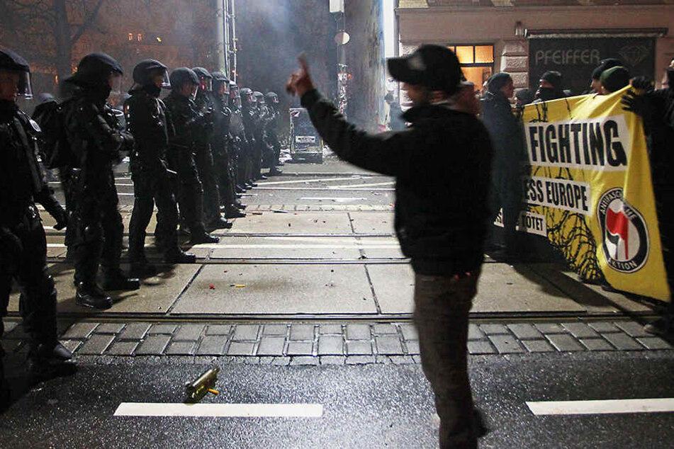 Die Polizei stoppt Spontan-Demonstranten in Leipzig-Connewitz. (Januar 2015)