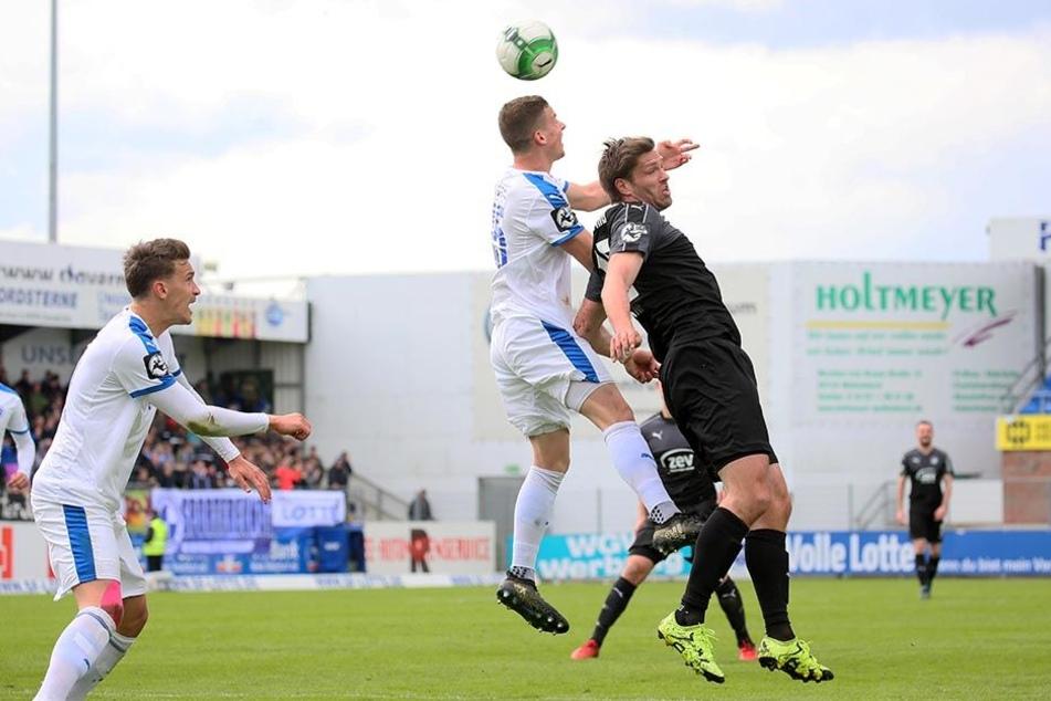 Ronny König (r. beim Kopfballduell mit Moritz Heyer) musste angeschlagen vom Platz und bangt um seinen Einsatz im Sachsenpokal-Halbfinale am Mittwoch beim Chemitzer FC.