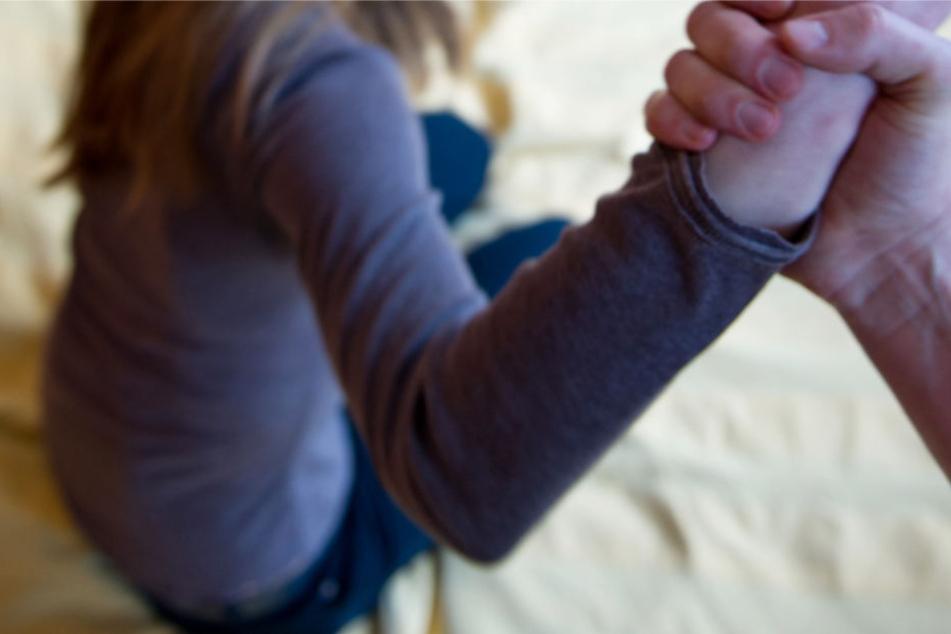Der Angeklagte gab zu, mehrfach mit der 13-Jährigen geschlafen zu haben (Symbolbild).