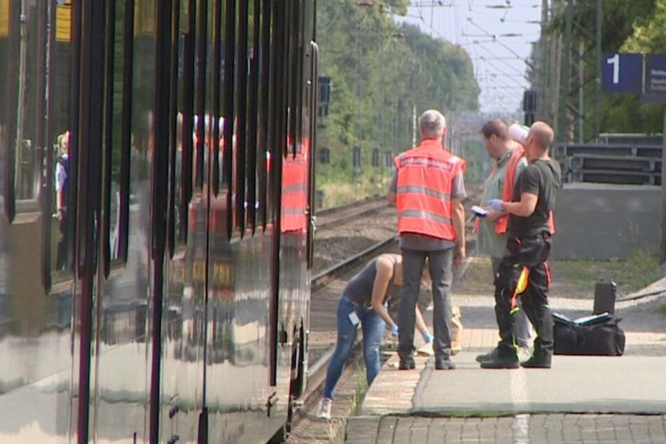 Polizeibeamte suchen am Samstag am Bahnhof in Voerde nach Spuren.