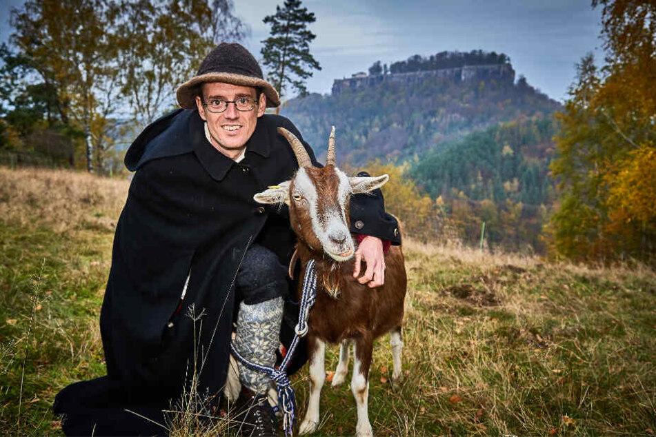 Ziegenhirte Patu verlässt sich beim Abtrieb von den Bergwiesen auf seine Leitziege Lexa – störrisch und widerspenstig sind die Tiere aber trotzdem.