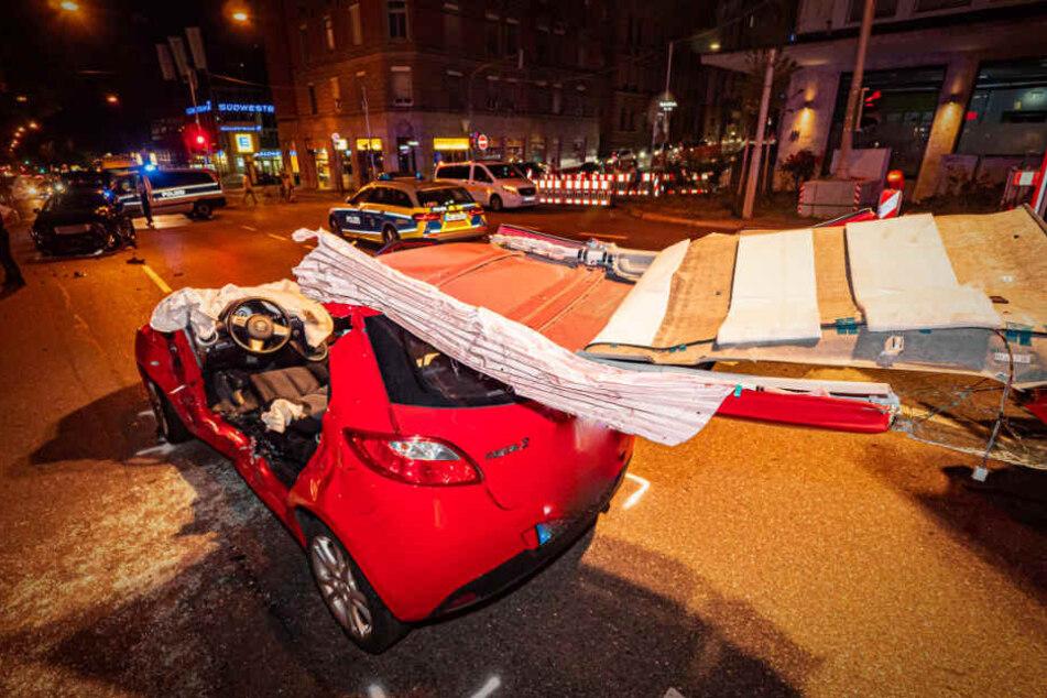 Der Mazda ist nach der Bergung der Frau durch die Feuerwehr völlig zerstört.