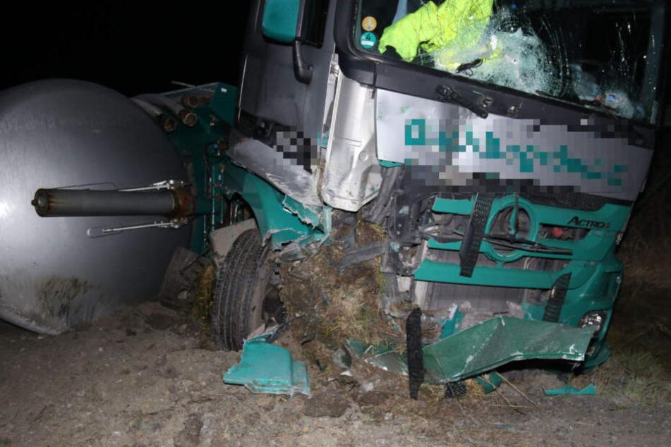 Lkw-Fahrer schläft hinter Steuer ein und stürzt Böschung hinunter