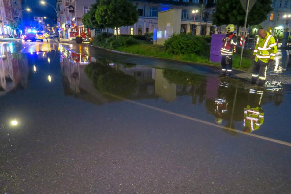 Unter anderem musste die Bahnhofstraße kurz gesperrt werden weil die Straße komplett unter Wasser stand.