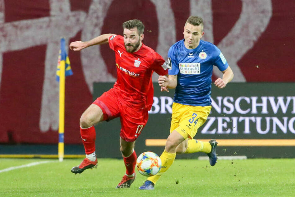 FSV-Mittelfeldmann Morris Schröter im Zweikampf mit Mike Feigenspan.