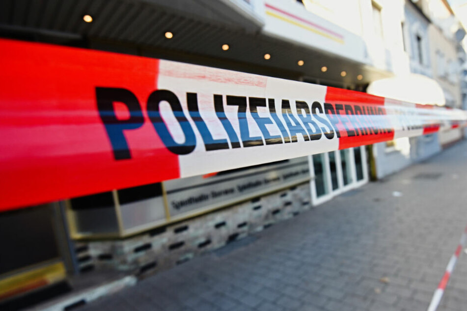 Einer der Tatorte in Hanau wurde von der Polizei abgesperrt.