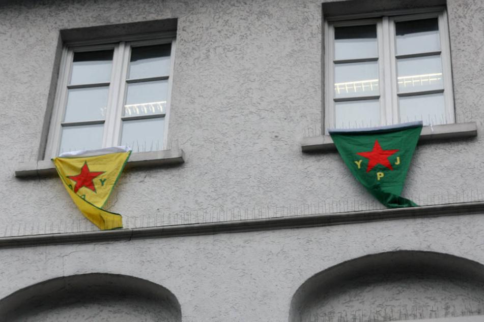 Die Fahnen der nordsyrischen Milizen YPG und YPJ sind in Deutschland verboten.