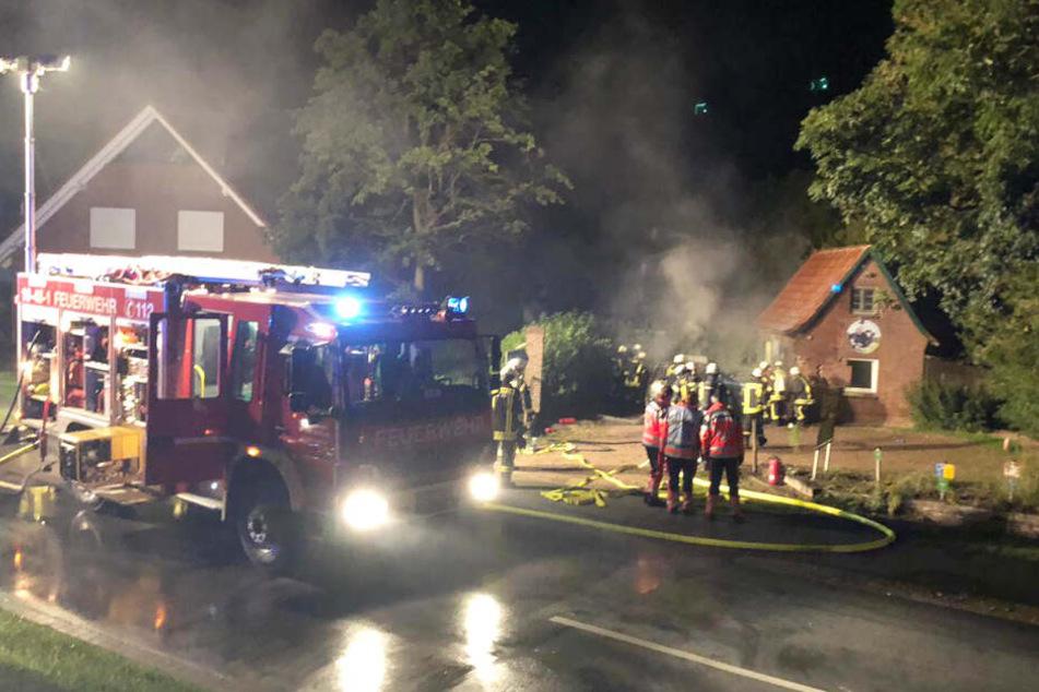 Das Auto krachte gegen eine Milchtankstelle und fing Feuer.