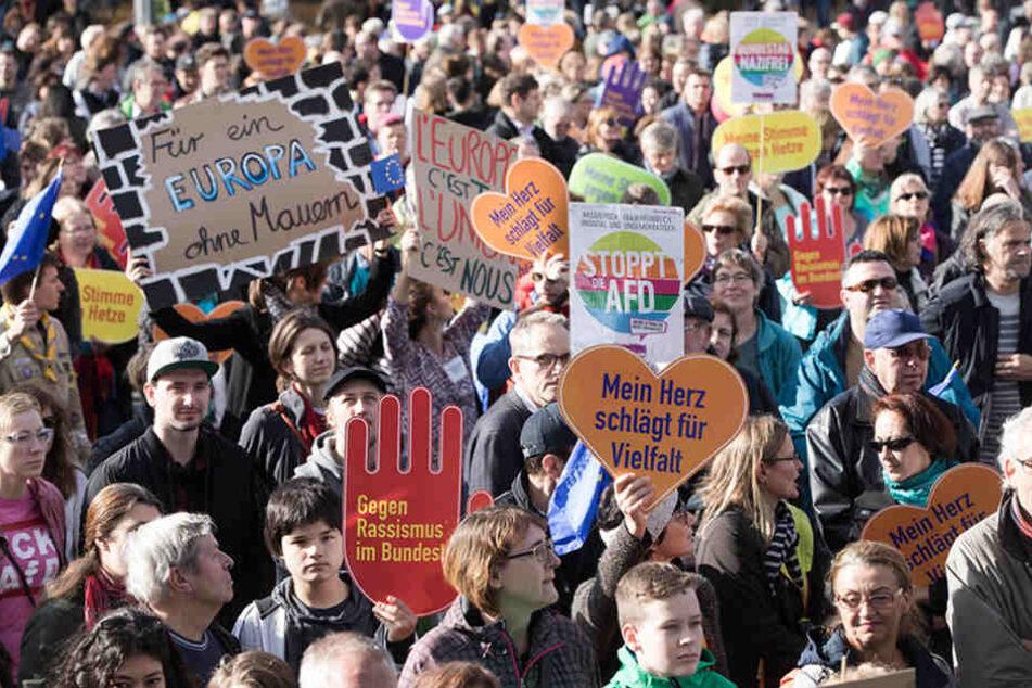 """Tausende Menschen haben sich am Platz des 18. März in Berlin zu einer """"Demonstration gegen Hass und Rassismus im Bundestag"""" versammelt."""