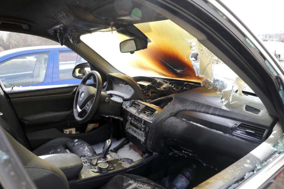 Das Feuer war im vorderen Bereich des BMW ausgebrochen.