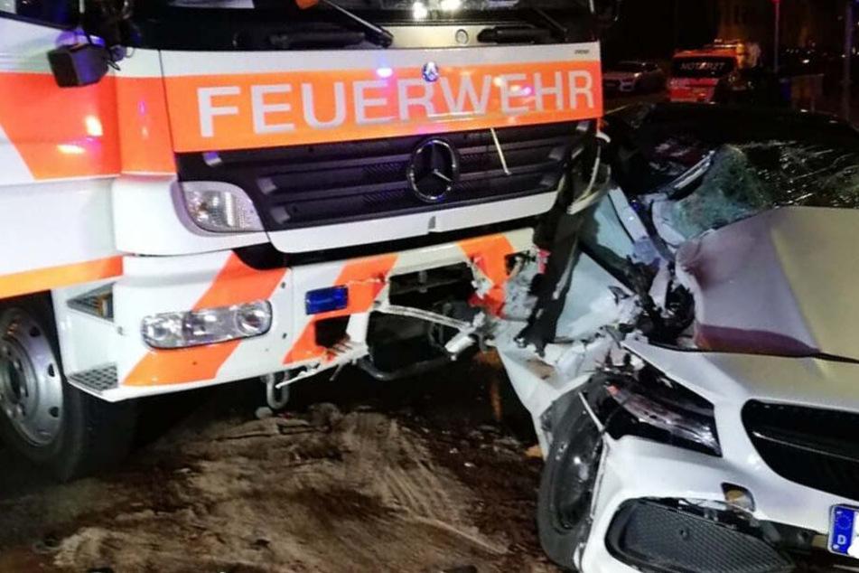 Auf der Blaulicht-Fahrt zum Brand: Feuerwehrauto donnert in Mercedes