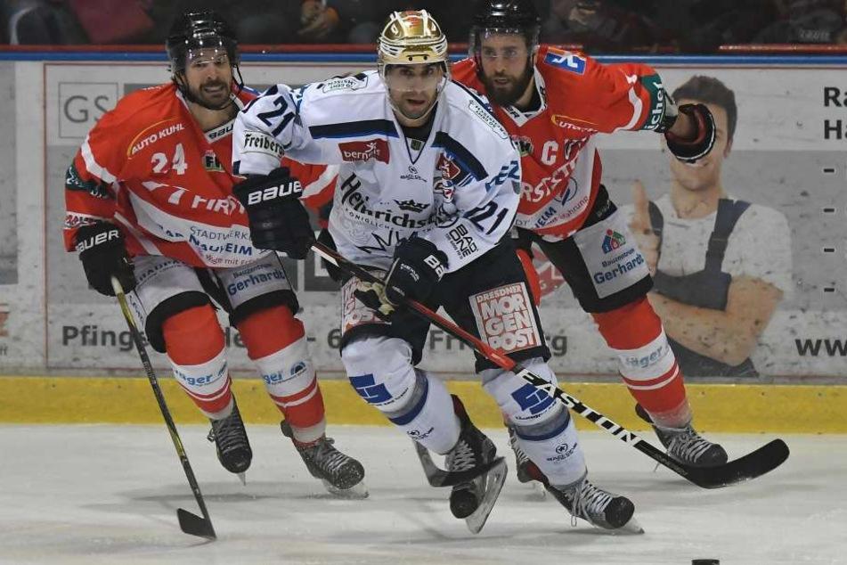 Hier wird Alexander Höller von zwei Bad Nauheimer Spielern in die Zange genommen.