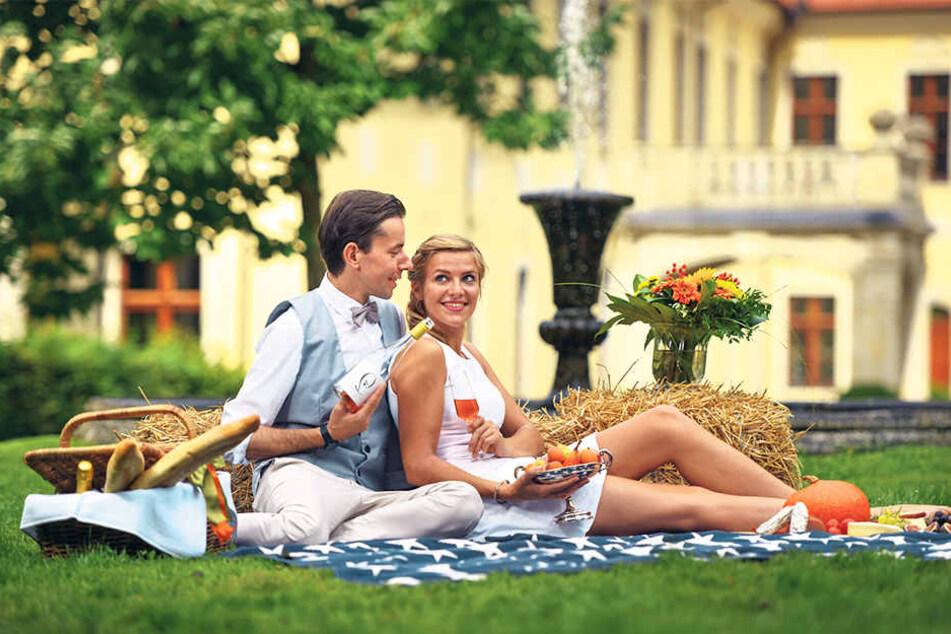 Zum Picknick in den Park von Schloss Proschwitz: Ronny Schmidt (31) schenkt  Katharina Kremtz (27) ein Glas Rosé ein.