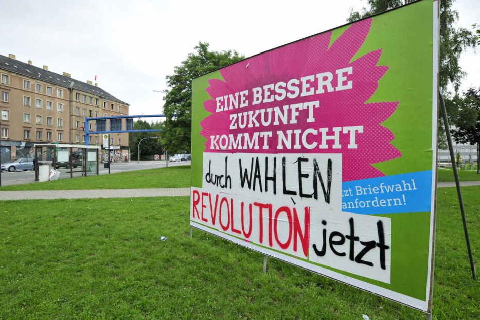 Ein überklebtes Wahlplakat der Grünen an der Leipziger Strasse / Konkordiapark.