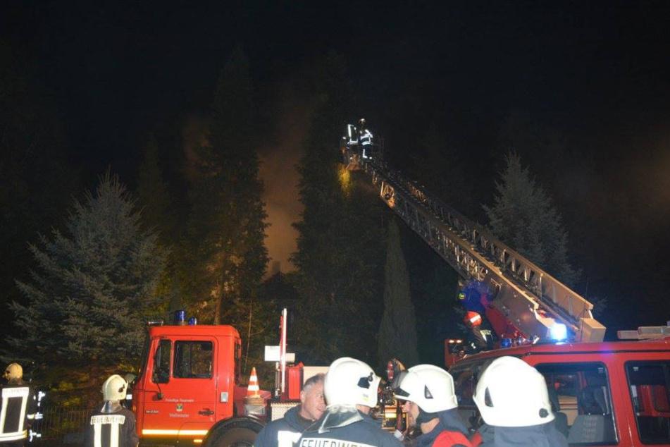 Der Mann lebte laut Polizei allein. Die Ermittlungen zur Brandursache dauern an.