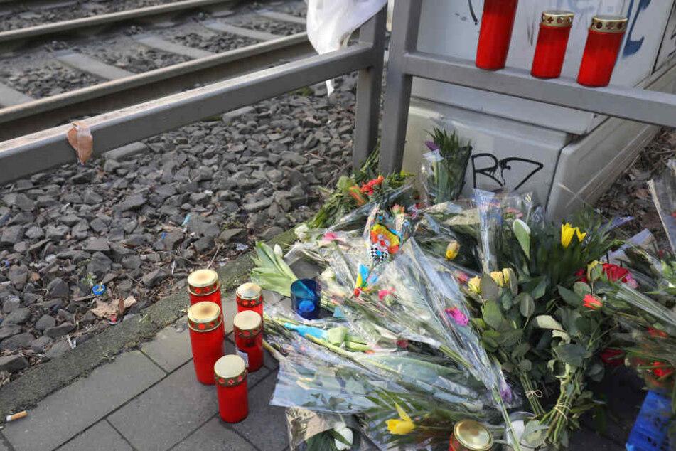 Am Unglücksort haben Trauernde viele Blumen und Kerzen abgestellt.