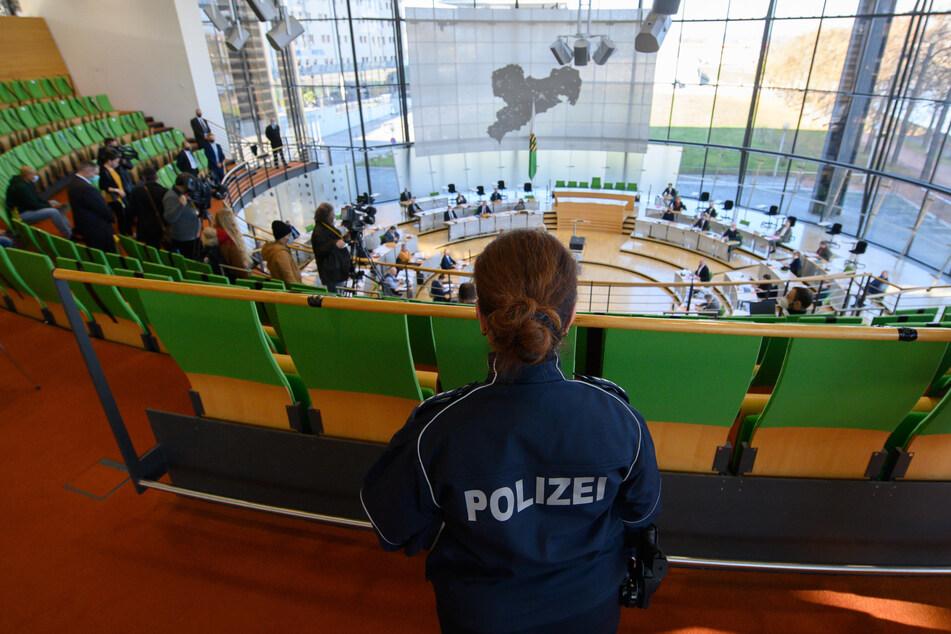 Damit die Abstände eingehalten werden konnten, wurde die Sondersitzung im Plenarsaal abgehalten.