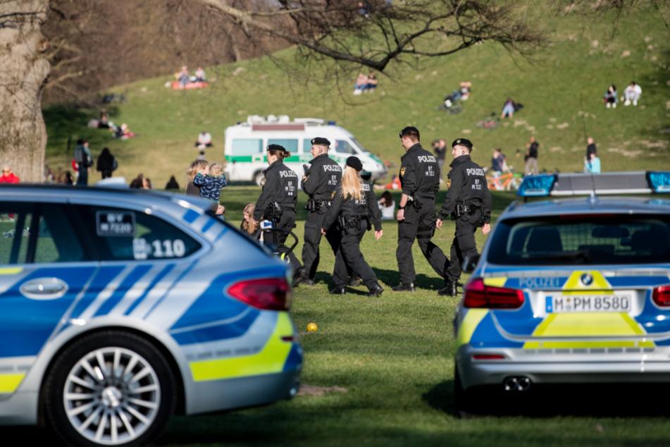 Die Polizei kontrolliert im Englischen Garten in München. (Archiv)