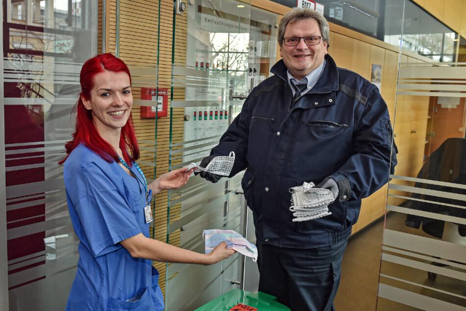 ITS-Krankenschwester Sarah Küttner (28) tauscht bei Sicherheitsdienst-Schichtleiter Steffen Liedner (58) ihren gebrauchten Mundschutz gegen einen recycelten ein.