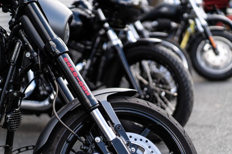 Die Polizei beschlagnahmte in einigen Gruppen mehrere Motorräder, als es zum Verbot kam.