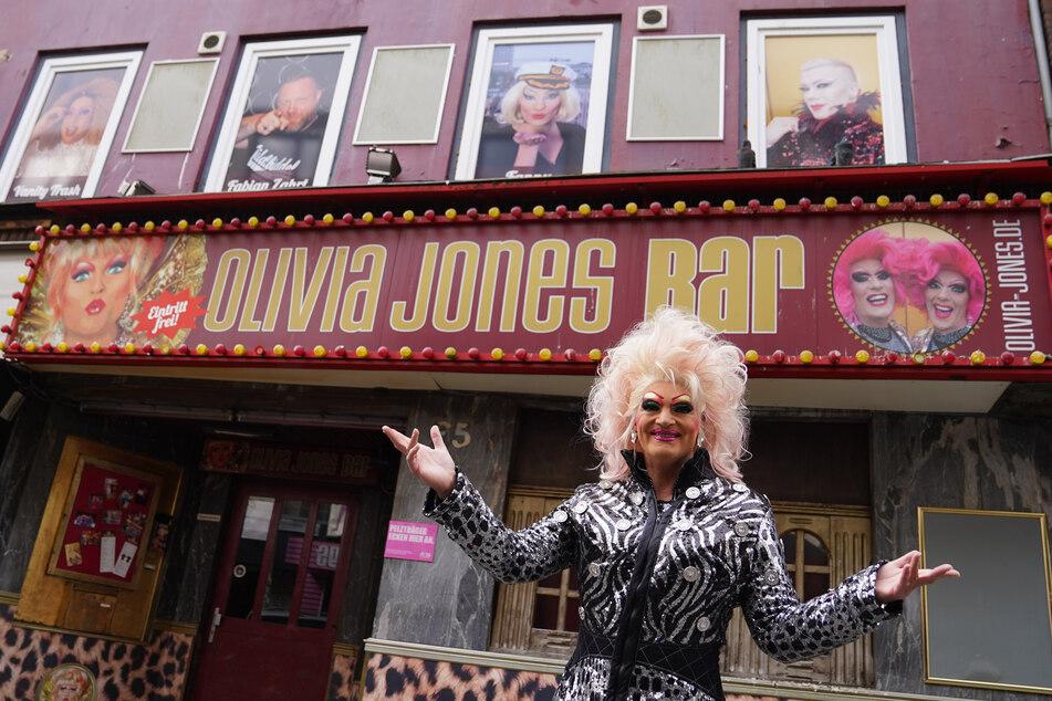 "Dragqueen Olivia Jones (51) steht vor der ""Olivia Jones Bar"" im Hamburger Stadtteil St. Pauli."