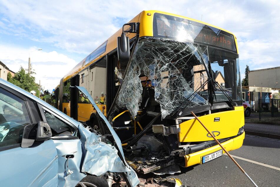 Die beiden Fahrzeuge. Der Ford krachte in den Bus der Linie 75.