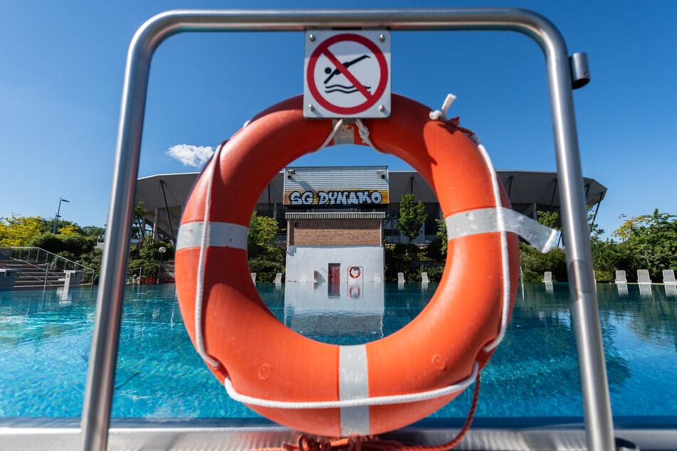 Ein Rettungsring hängt an einem Schwimmbecken im leeren Georg-Arnold-Bad in Dresden.
