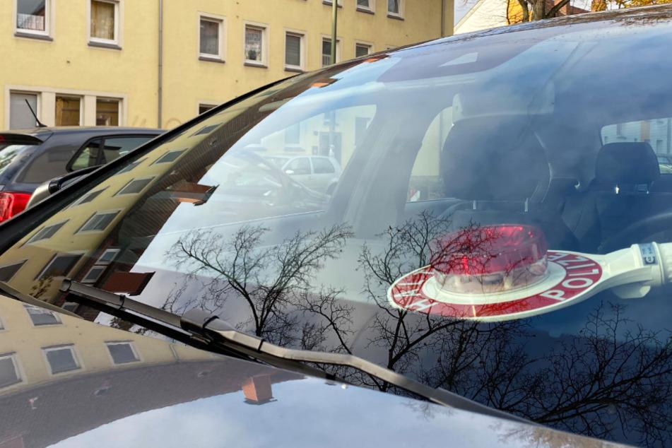 Ein Polizeiwagen steht im Rahmen einer Durchsuchung in einer Straße in Osnabrück.
