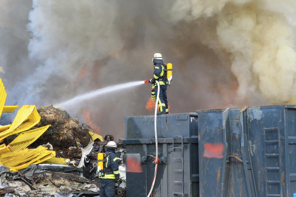 Funkenflug auf Schrottplatz verursacht Flammeninferno