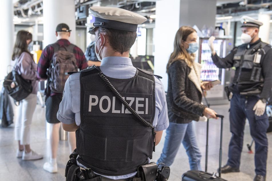 Hessen, Frankfurt/Main: Die Bundespolizei kontrolliert am Flughafen Frankfurt Reisende.