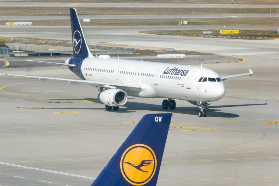 Eine Lufthansamaschine mit dem Flug LH 1749 aus Tunis rollt über das Vorfeld des Flughafen München. Mit der Maschine, die um 14.15 Uhr landet, sollen die ersten wegen der Coronakrise im Ausland gestrandeten Touristen wieder nach Deutschland gebracht werden.