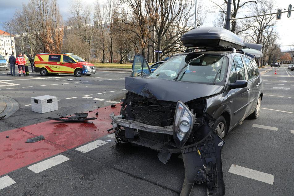 In dem verunglückten Renault soll eine Frau mit ihren beiden Kindern gesessen haben.