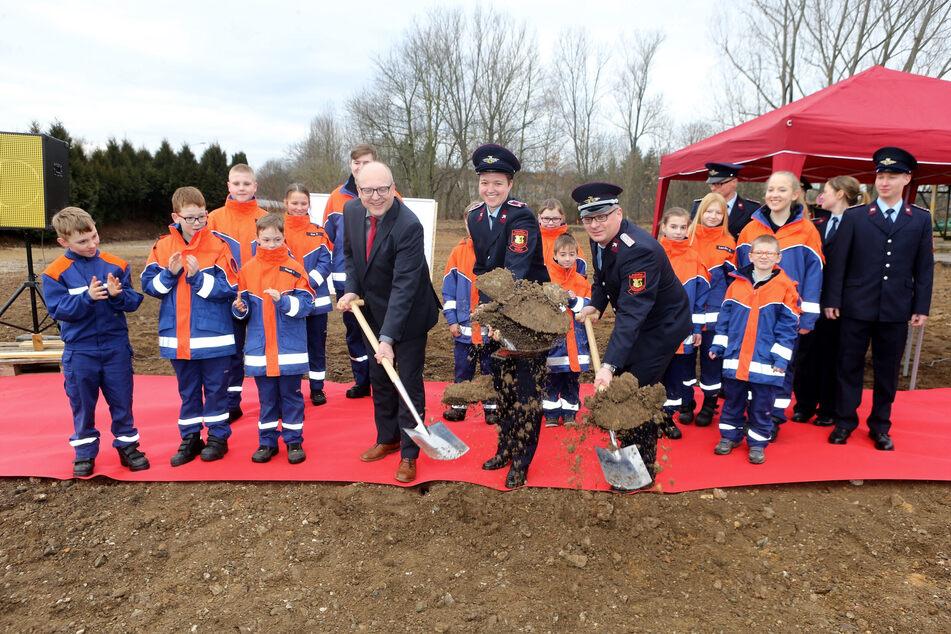Bürgermeister Sven Schulze, Jugendwart Bianca Schneider und Wehrleiter Oliver Jungnickel setzten 2018 den Spatenstich für das neue Gerätehaus in Glösa.