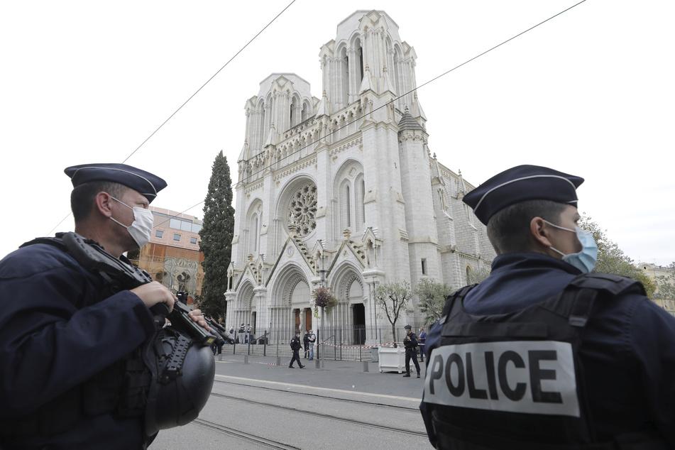 Polizisten stehen vor dem Ort des Messerangriffs, der Kirche Notre-Dame Nizza.
