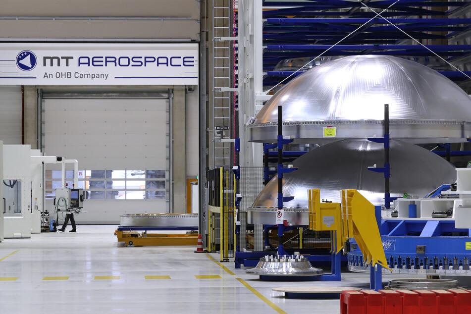 Bayern, Augsburg: Tankteile einer Ariane 6 Rakete stehen in einer Produktionshalle des Raumfahrtunternehmens MT Aerospace.
