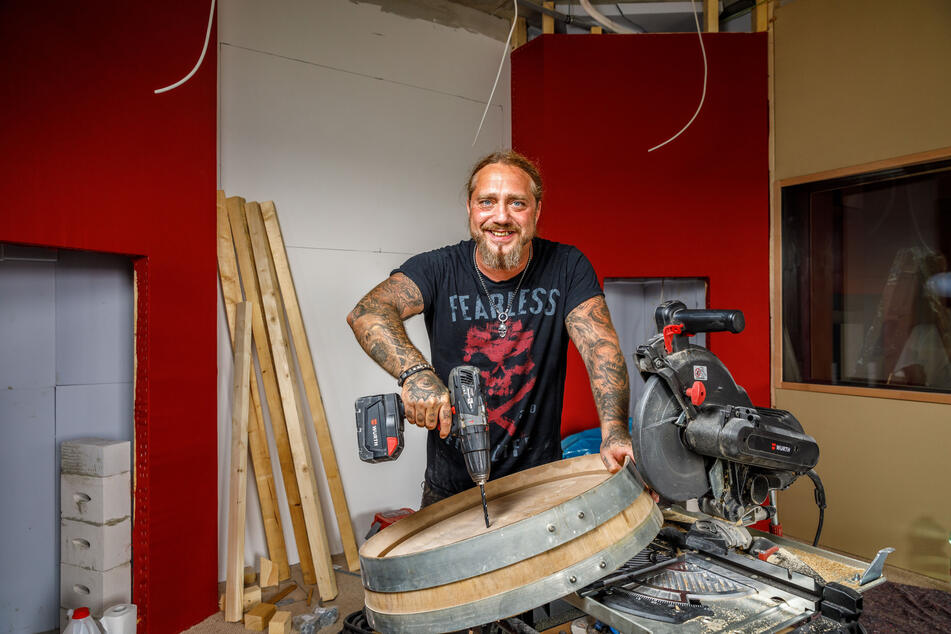 Rocker Martin Kesici (48) packt beim Ausbau des Tonstudios mit an.