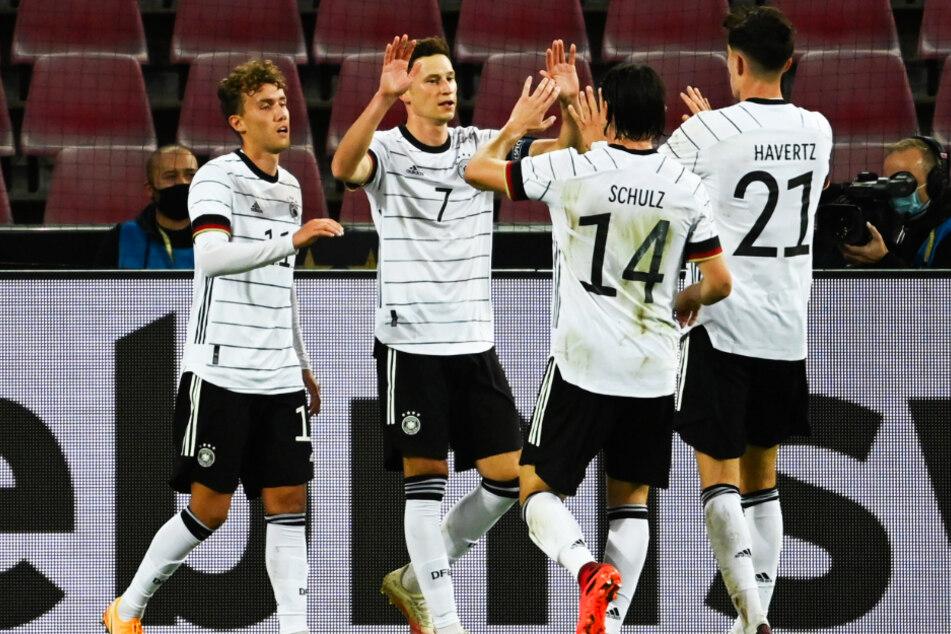 Julian Draxler (2.v.l.) bejubelt seinen 1:0-Führungstreffer mit 3:2-Torschützen Luca Waldschmidt (l.), Nico Schulz und dem doppelten Vorlagengeber Kai Havertz (r.).
