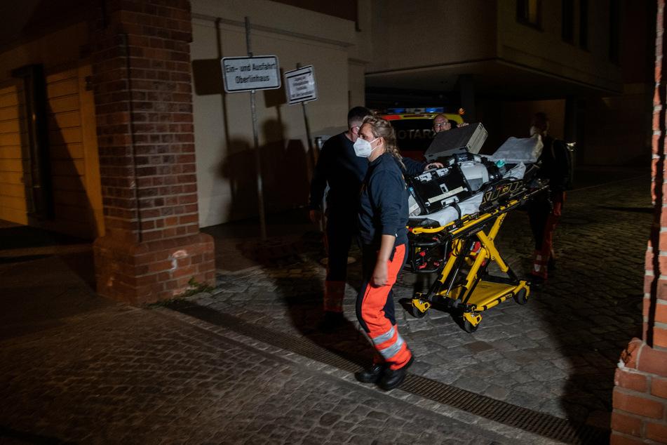 Sanitäter verlassen das Gelände der Oberlinklinik.