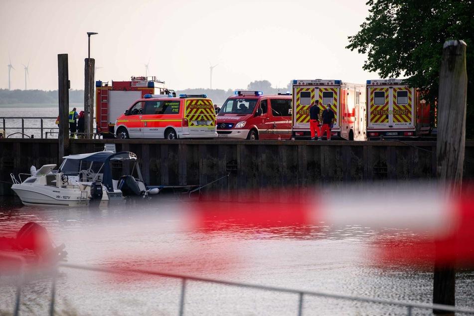 Zahlreiche Einsatzkräfte stehen im Sportboothafen Haseldorf und suchen in der Elbe nach einem neunjährigen, vermissten Mädchen. Leider vergeblich, sie konnte nur noch tot geborgen werden.