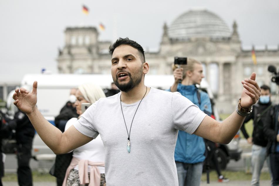 Attila Hildmann, Autor veganer Kochbücher, nimmt an einer Demonstration vor dem Reichstag teil. In Berlin finden mehrere Demonstrationen zum Thema der Maßnahmen gegen das Coronavirus statt.