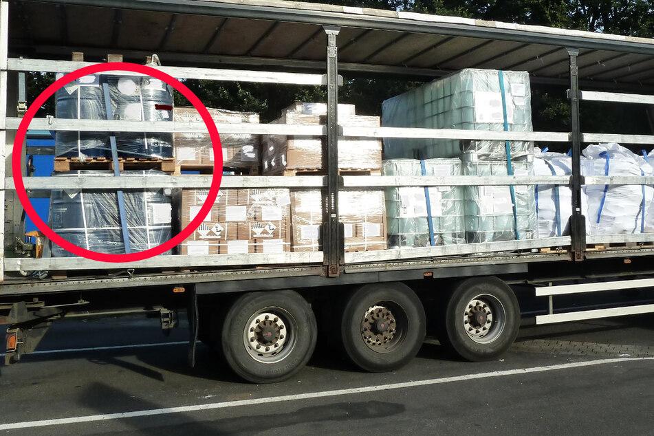 Die mangelhaft gesicherten Gift-Fässer in der Ladung des Sattelzugs waren laut Polizei eine Gefahr für die Allgemeinheit.