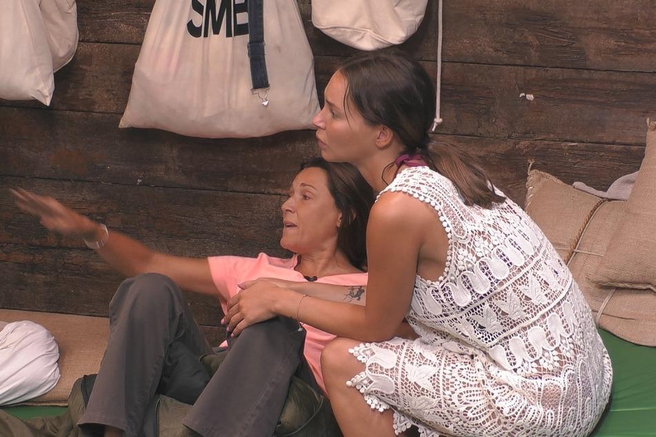 Simone (l., 44) ist stinksauer auf Katy und erhält Unterstützung von Adela (27).