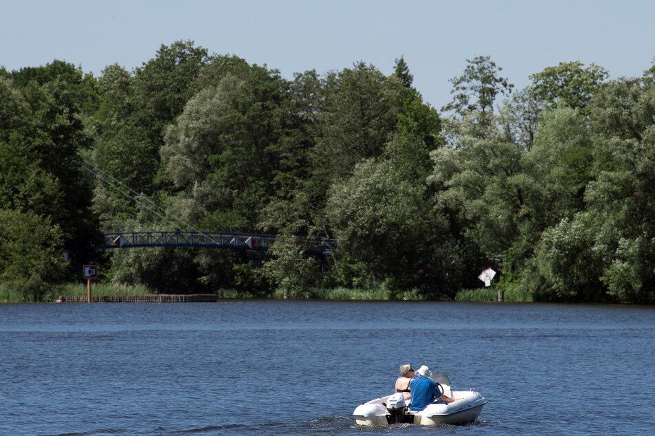 Ein Motorboot ist auf einem Fluss unterwegs. Bei Cuxhaven mussten vier Senioren aus einem sinkenden Boot gerettet werden. (Symbolfoto)