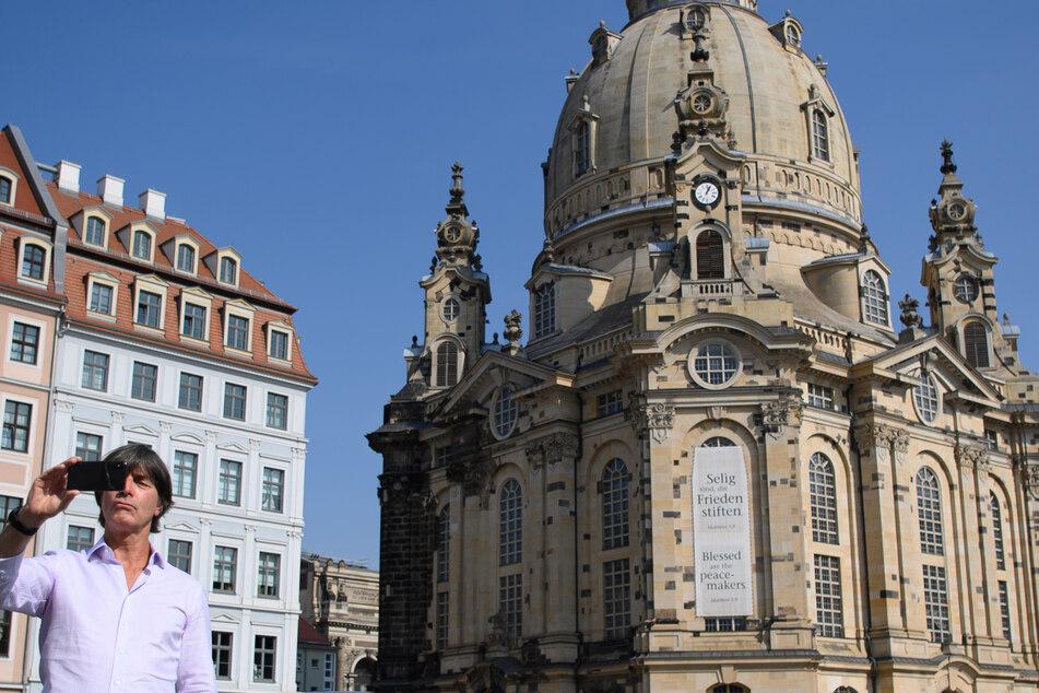 Fußball-Bundestrainer Joachim Löw steht im Rahmen eines PR-Termins auf dem Neumarkt vor der Frauenkirche und macht mit seinem Smartphone ein Selfie.