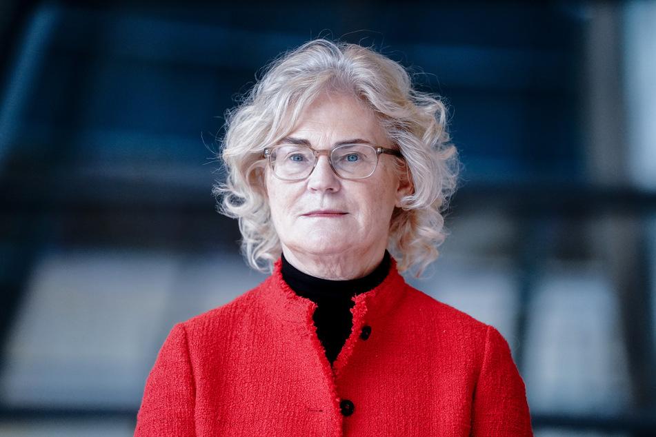 Bundesjustizministerin Christine Lambrecht (SPD) wies darauf hin, dass in kürzester Zeit wirksame Impfstoffe entwickelt worden seien und immer mehr Menschen von diesem Schutz profitieren.