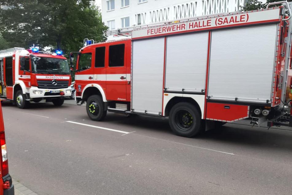 Die Feuerwehr rückte am Samstagmittag in der Südlichen Neustadt von Halle (Saale) an, nachdem eine Fritteuse in Brand geraten war. Drei Menschen wurden verletzt.