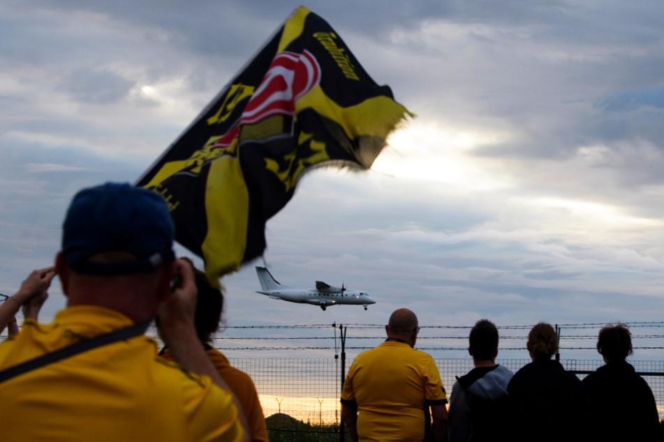 Dynamo Dresdens Profis wurden von Hunderten Fans am Flughafen Klotzsche empfangen.