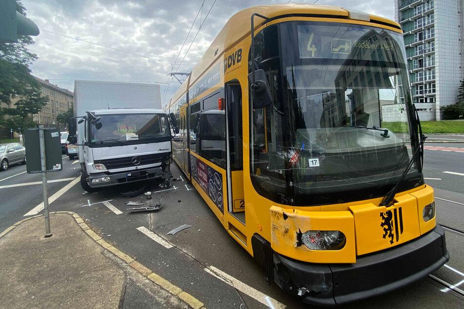 Die Polizei geht davon aus, dass der Lkw-Fahrer (56) die Tram beim Abbiegen übersah.