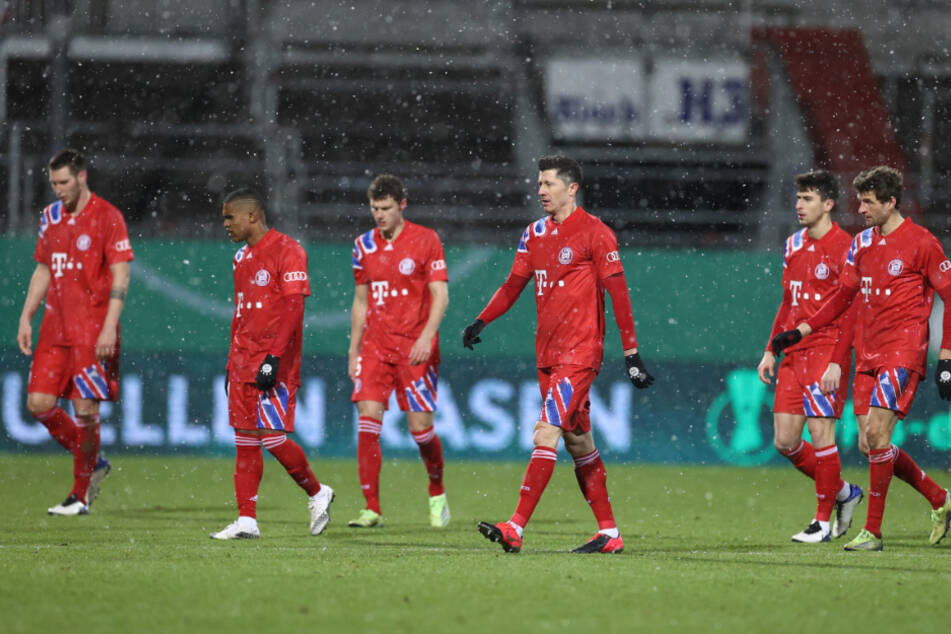 Die Bayern-Stars trotten nach der Pokal-Pleite gegen Kiel vom Platz.