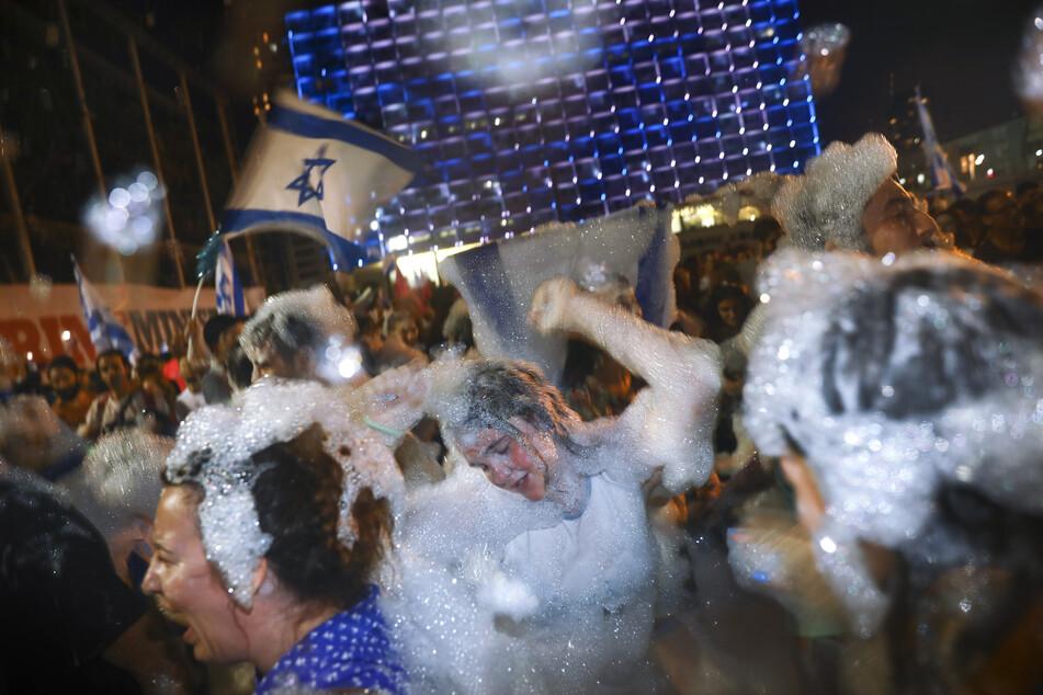 Israelis feiern am Sonntagabend in Tel Aviv die Vereidigung der neuen Regierung in Israel.